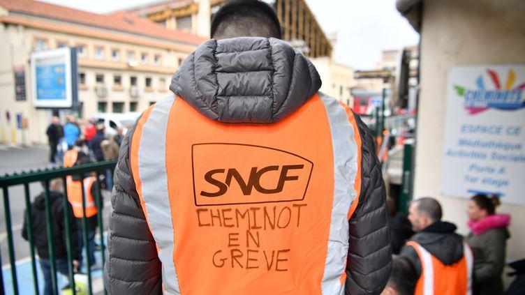 Un cheminot en grève le 3 avril 2018. (BERTRAND LANGLOIS / AFP)