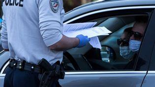Un contrôle de police à Paris le 10 avril 2020. (JOEL SAGET / AFP)