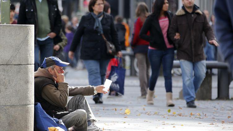 Un mendiant à Berlin le 9 octobre 2012. (FABRIZIO BENSCH / REUTERS)