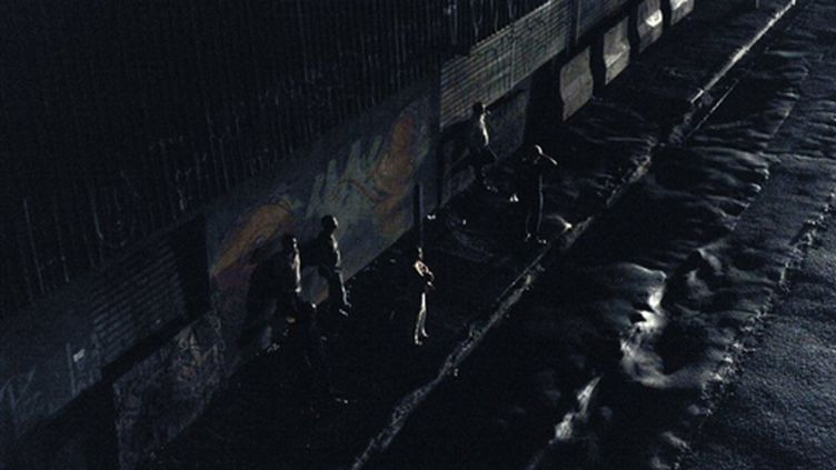Des habitants de Sao Paulo attendent l'autobus, dans une rue plongée dans le noir complet, au soir du 10 novembre 2009 (AFP / Mauricio Lima)