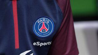 Le maillot 2017 du PSG esports. (THOMAS SAMSON / AFP)