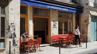 La terrasse de ce café est réouverte le 30 mai 2021 à Paris, pour la première phase de déconfinement. (MYRIAM TIRLER / HANS LUCAS / AFP)