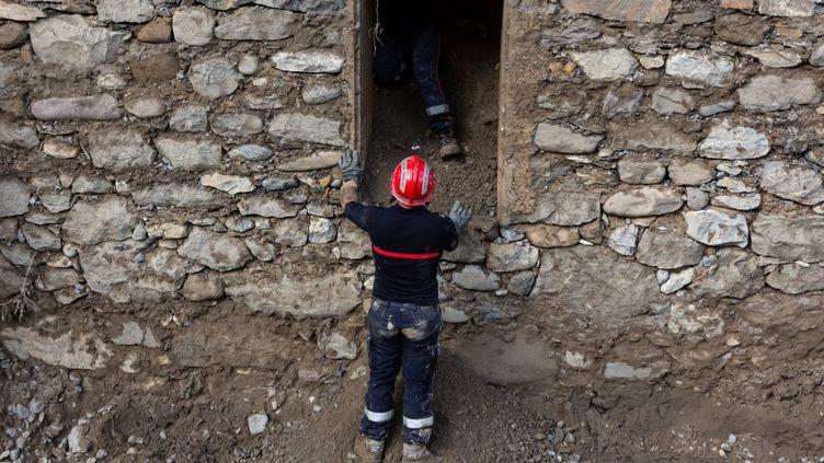 Des pompiers en opération à Clans (Alpes-Maritimes), le9 octobre 2020. (CAMY VERRIER / HANS LUCAS / AFP)
