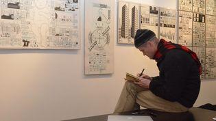 Chris Ware à la Galerie Martel lors de son exposition en 2013. (Isabelle Bréhat)