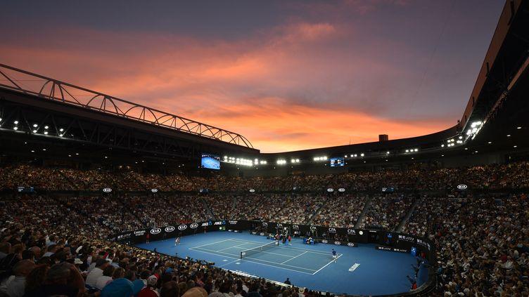 Le coucher de soleil sur le Rod Laver Arena, à Melbourne le 27 janvier 2019. (PETER PARKS / AFP)