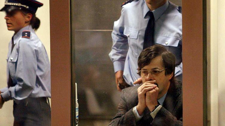 Marc Dutroux lors de l'énoncé de son verdict, au tribunal d'Arlon (Belgique), le 17 juin 2004. (STF / AFP)