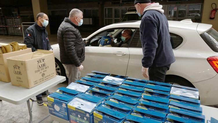 La ville de Nice distribue des masques et du gel hydroalcoolique à du personnel soignant le 27 mars 2020. (VALERY HACHE / AFP)