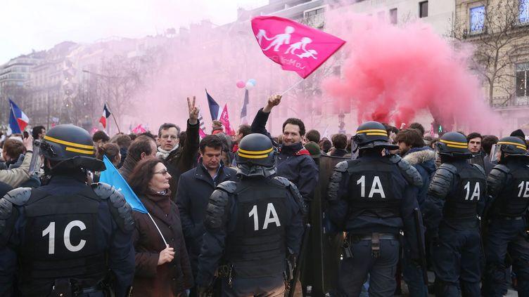 Echauffourées lors de la Manif pour tous près de l'Arc de triomphe, à Paris, le 24 mars 2013. (THOMAS SAMSON / AFP)