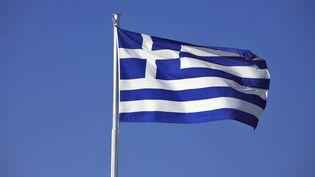 Un drapeau grec sur l'île de Zante, dans l'ouest du pays. (STEPHANE FRANCES  /AFP)