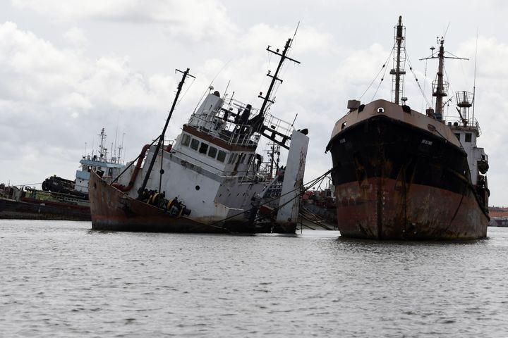 Repaire de toutes les mafias, le cimetière à bateaux de Lagos est aussi une plaie ouverte pour l'environnement. Des produits toxiques en tous genres s'échappent des carcasses rouillées : plomb, huile de moteur, carburants de propulsion, etc. (PIUS UTOMI EKPEI / AFP)