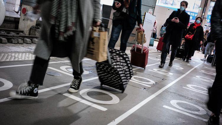 Des Parisiens quittent la gare Montparnasse à quelques heures du nouveau confinement, le 19 mars 2021, à Paris. (MARIE MAGNIN / HANS LUCAS / AFP)