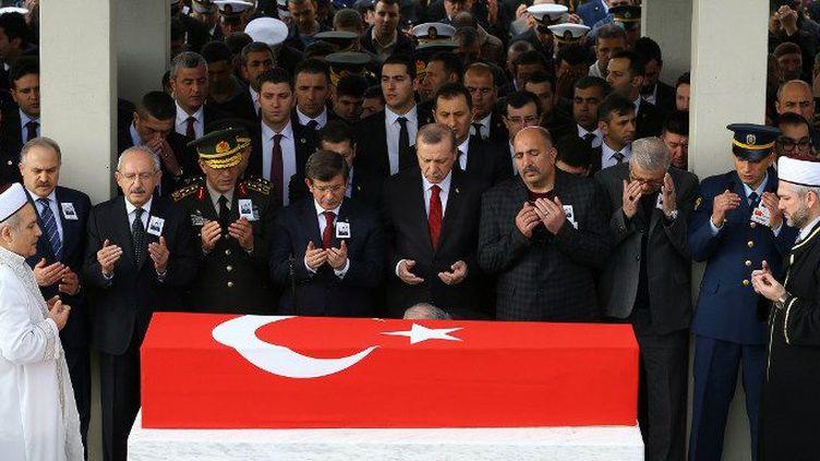Recep Tayyip Erdogan assiste à une cérémonie funèbre le 17 février 2016à Ankara pour le gendarme Seckin Cil, 29 ans, tué dans une opération «anti-terroriste» dans le district de Diyarbakir. (VOLKAN FURUNCU / ANADOLU AGENCY)