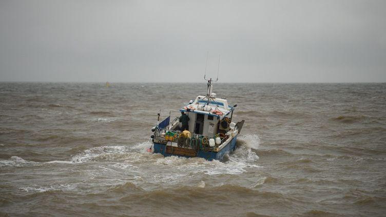 Un bateau de pêche quitte le port de pêche de Bridlington, dans le nord-est de l'Angleterre, pour la mer du Nord, le 11 décembre 2020. (OLI SCARFF / AFP)