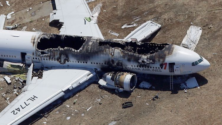 Le Boeing 777 accidenté de la compagnie Asiana, le 6 juillet 2013 sur l'aéroport de San Francisco (Californie). (EZRA SHAW / GETTY IMAGES NORTH AMERICA)