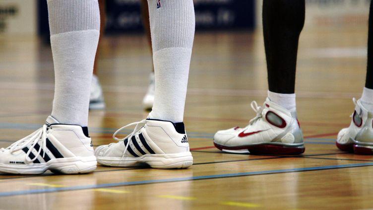 Des basketteurs avec des chaussures des marques Adidas et Nike, le 10 octobre 2005. (MAXPPP)