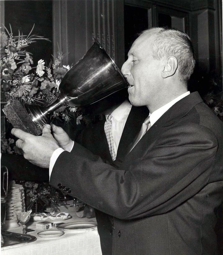"""Bourvil boit du champagne dans la coupe Volpi pour la meilleure interpretation masculine dans le """" Film La Traversee de Paris """" au festival de Venise (Mostra) (MAXPPP)"""