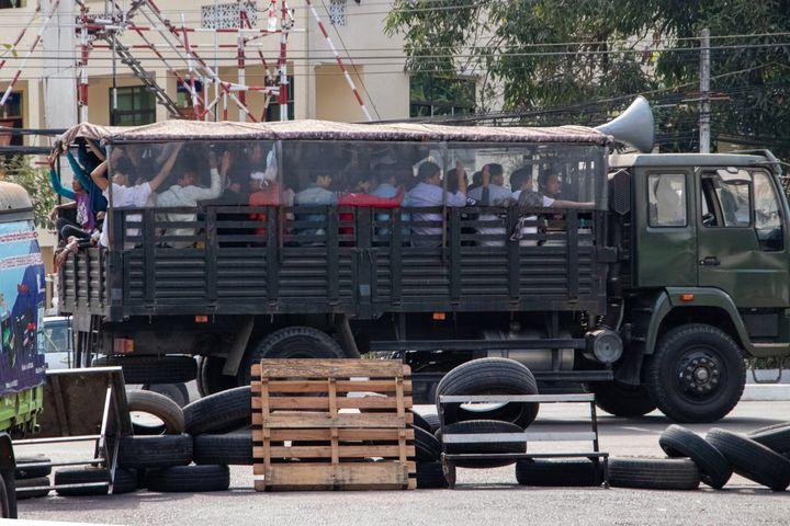 Des manifestants arrêtés et emmenés par l'armée lors d'une manifestation contre le coup d'Etat militaire, le 3 mars 2021 à Rangoun (Birmanie). (SOPA IMAGES / LIGHTROCKET / GETTY IMAGES)