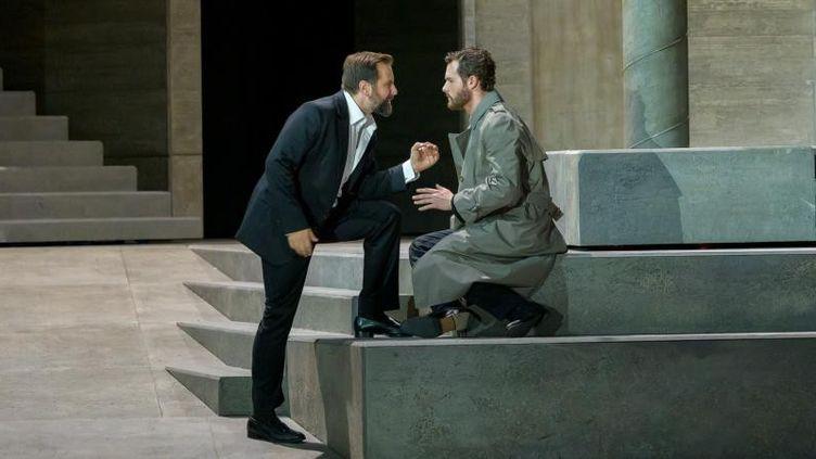 """Étienne Dupuis (Don Giovanni), Philippe Sly (Leporello) dans """"Don Giovanni"""" de Mozart, mis en scène par Ivo van Hove à Garnier. (Charles Duprat / Opéra national de Paris)"""