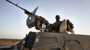 Un soldat burkinabè sur son véhicule blindé lors d'une patrouille dans la région de Soum, au nord bu Burkina Faso, le 12 novembre 2019. (MICHELE CATTANI / AFP)
