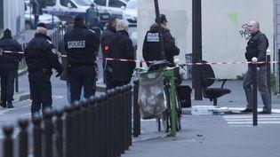 """Des policiers près du siège de """"Charlie Hebdo"""", à Paris, le 7 janvier 2015, après l'attaque qui a fait au moins douze morts et onze blessés. (GEOFFROY VAN DER HASSELT / ANADOLU AGENCY / AFP)"""
