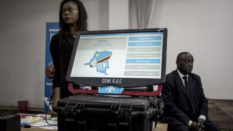 Une machine à voter présentée par la CENI le 21 février 2018 à Kinshasa. Quelque 60.000 exemplaires devraient être déployés à travers tout le pays. (Phgoto AFP/John Wessels)