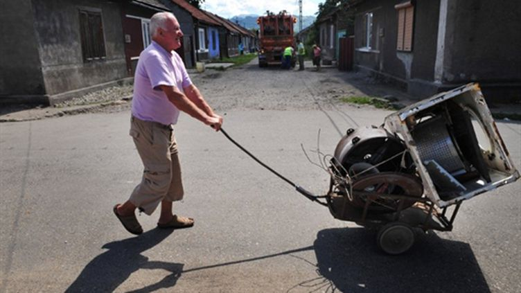Ferrailleur rom à Petrosani (360 km à l'ouest de Bucarest), le 20 août 2010 (AFP - DANIEL MIHAILESCU)