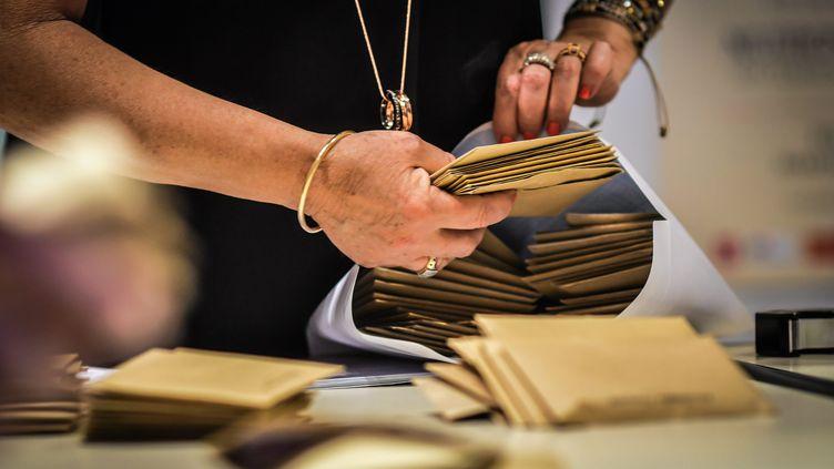 Dépouillement des bulletins de vote lors des dernières élections municipales, en juin 2020. Photo d'illustration. (MIDI LIBRE / MAXPPP)