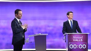 Benoît Hamon et Manuel Valls, le 25 janvier 2017, lors du débat de l'entre-deux-tours de la primaire de la gauche. (BERTRAND GUAY / AFP)