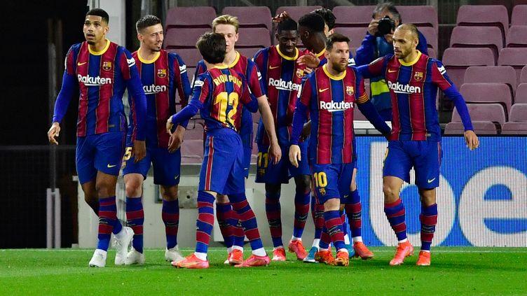 La joie des Barcelonais après le but de Dembélé face à Valladolid. (PAU BARRENA / AFP)