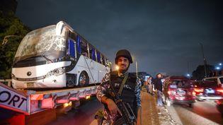 Un policier devant le bus attaqué près de Gizeh en Égypte, le 28 décembre. (MOHAMED EL-SHAHED / AFP)