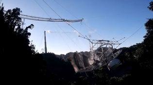 Une image prise par un drone de l'observatoire d'Arecibo, au moment de l'effondrement du radiotélescope géant, le 1er décembre 2020, à Porto Rico (Etats-Unis). (NATIONAL SCIENCE FOUNDATION / AFP)