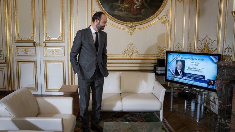 Edouard Philippe regarde l'annonce de la composition du gouvernement, depuis Matignon, le 17 mai 2017. (JOEL SAGET / AFP)