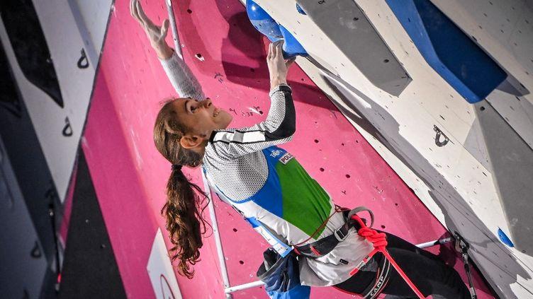 Cette année, l'escalade (ici l'Italienne Laura Rogora, le 3 juillet 2021) est au programme des Jeux olympiques de Tokyo. (FABRICE COFFRINI / AFP)