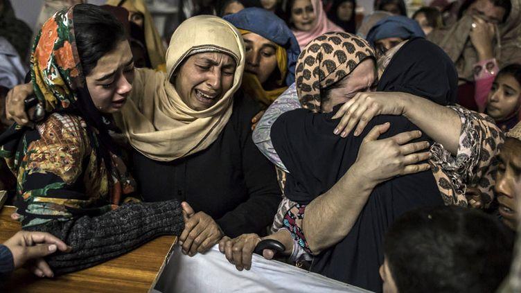 Des femmes pleurent la mort deMohammed Ali Khan, 15 ans, un des 132 lycéens tués par les talibans à Peshawar (Pakistan), le 16 décembre 2014. (ZOHRA BENSEMRA / REUTERS)