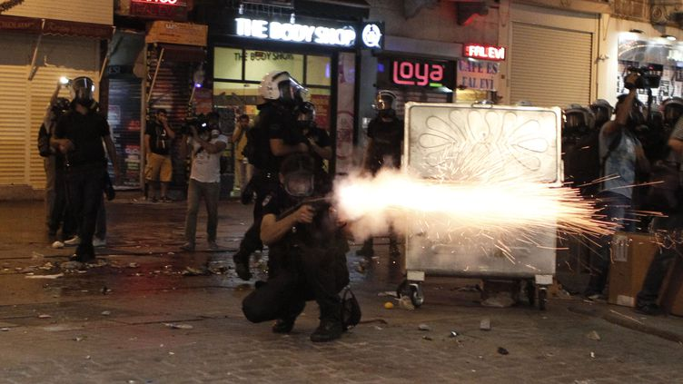 Un policier tire une cartouche degaz lacrymogène en direction des manifestants, le 10 septembre 2013 à Istanbul (Turquie). (OSMAN ORSAL / REUTERS)