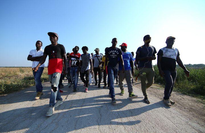 Marche d'ouvriers agricoles, africains pour la plupart, le 8 août 2018 près de Foggia (Italie) après la mort de 16 de leurs collègues dans deux accidents de la route distincts (REUTERS/Alessandro Bianchi)