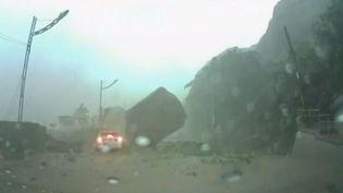 Un rocher manque d'écraser une voiture, le 31 août 2013, à Keelung (Taïwan). (REUTERS / FRANCETV INFO)