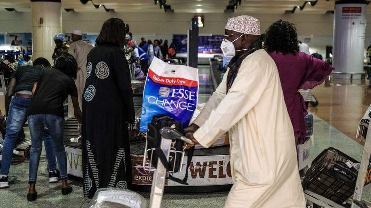 Unvoyageur porte un masque en raison du coronavirus à l'aéroport deDakar, au Sénégal, le 11 mars 2020. (SADAK SOUICI / LE PICTORIUM / MAXPPP)