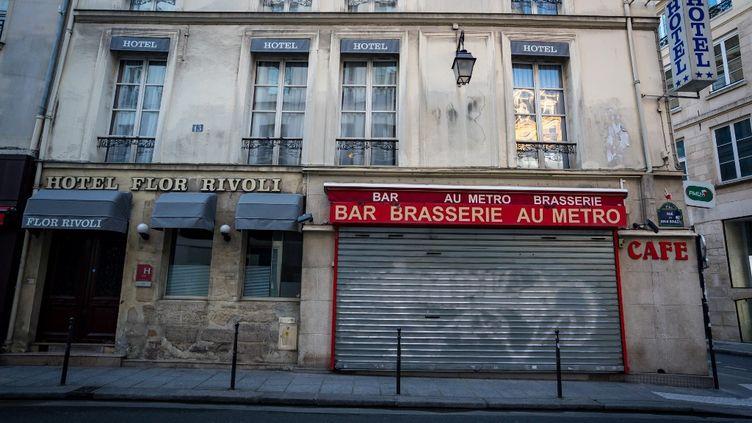 Un bar-restaurant et un hôtel fermés lors dusecondconfinement, à Paris, le 20 novembre 2020. (GABRIELLE CEZARD / HANS LUCAS / AFP)