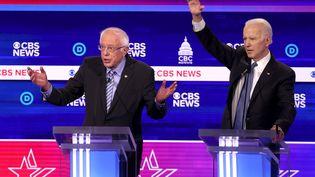 Bernie Sanders et Joe Biden participent à un débat télévisé, le 25 février 2020, à Charleston (Caroline du Sud). (WIN MCNAMEE / GETTY IMAGES NORTH AMERICA / AFP)