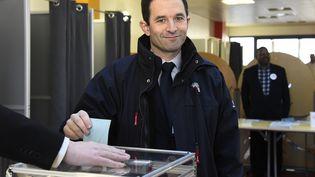 Benoît Hamon, juste avant de déposer son bulletin dans l'urne, à l'occasion de la primaire de la gauche, le 22 janvier 2017. (BERTRAND GUAY / AFP)