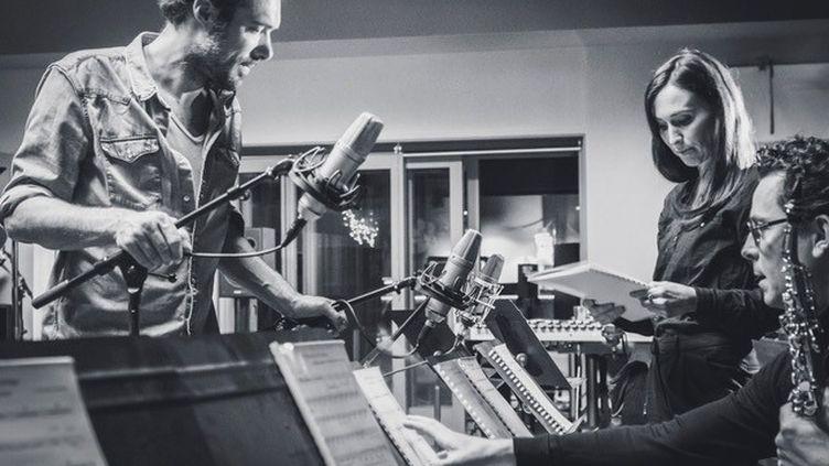 "Nicolas Bedos etAnne-Sophie Versnaeyen travaillent sur la musique du film ""La Belle Epoque"" (2019). (Pierre Versnaeyen)"