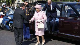 Petit changement de tenue, et voilà Elizabeth II, tout de rose vêtue, à son arrivée pour une cérémonie à l'Arc de Triomphe à Paris, en présence de François Hollande, le 5 juin 2014. (CHARLES PLATIAU / POOL / AFP)