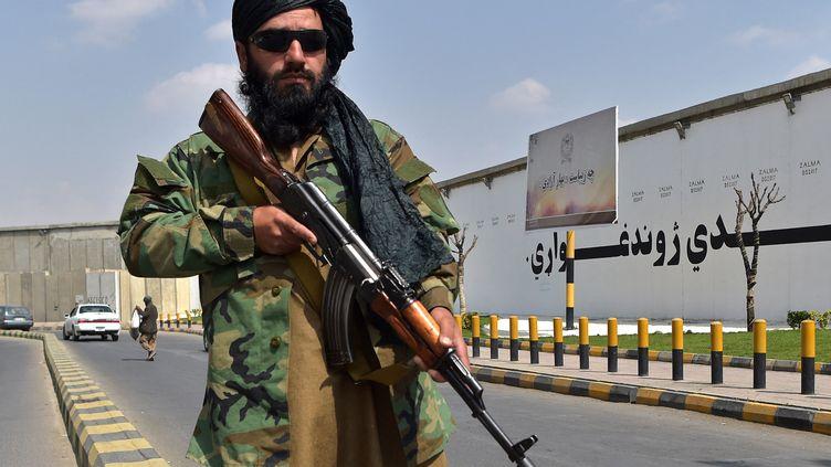 Un soldat taliban monte la garde près de la place Zanbaq à Kaboul, le 23 septembre 2021. (WAKIL KOHSAR / AFP)