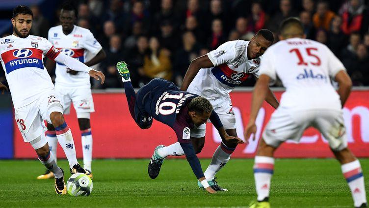Le Parisien Neymar pris dans la nasse lyonnaise (FRANCK FIFE / AFP)