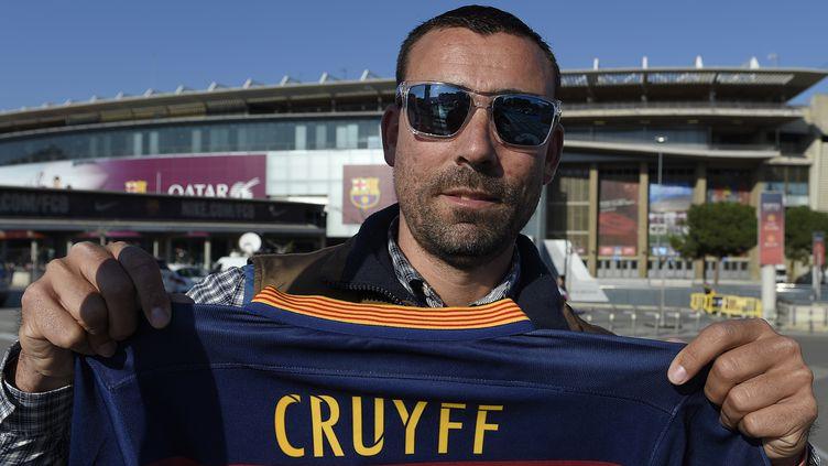 Un admirateur de Johan Cruyff lui rend hommage devant le Camp Nou à Barcelone (LLUIS GENE / AFP)