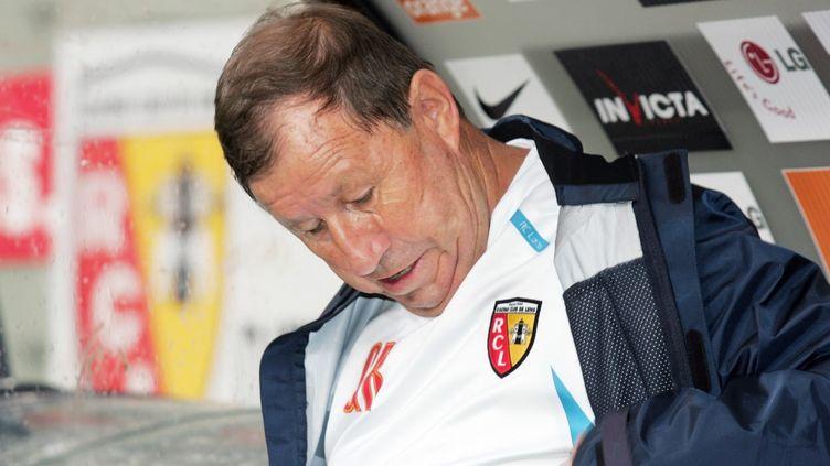 Guy Roux, alors âgé de 68 ans, a pu bénéficier d'une exception pour entraîner le RC Lens en 2007. (DENIS CHARLET / AFP)