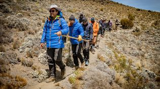 Julien Védani (deuxième en partant de la gauche) s'est lancé comme objectif d'atteindre le sommet du Kilimandjaro. (AURELIO VALENTINO / B-EPIC AGENCY)