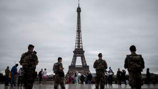 Des militaires de l'opération Sentinelle sont déployés devant la tour Eiffel à Paris, le 29 septembre 2016. (PHILIPPE LOPEZ / AFP)