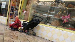 Une SDF et son enfant, devant une boutique à Montpellier. (Photo d'illustration) (TIM SOMERSET / MAXPPP)